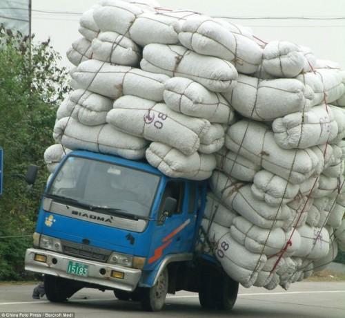 Những pha chở hàng quá tải mà cân ô tô điện tử 120 tấn cũng phải bó tay